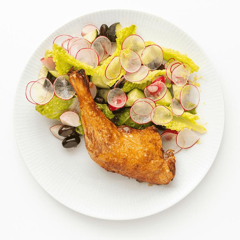 Ovnstegte kyllingelår, blomkål og radisesalat med solsikkekerner