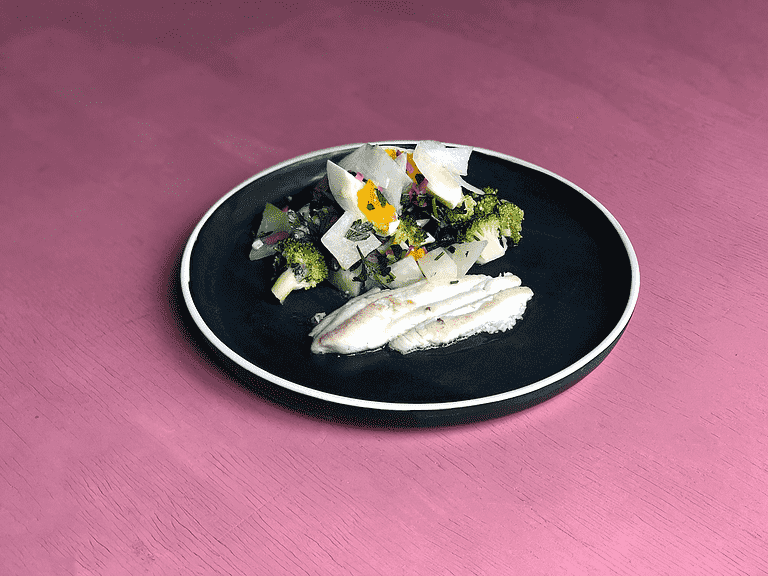 Pandestegt fladfisk med bønner, broccoli og æg i vinaigrette