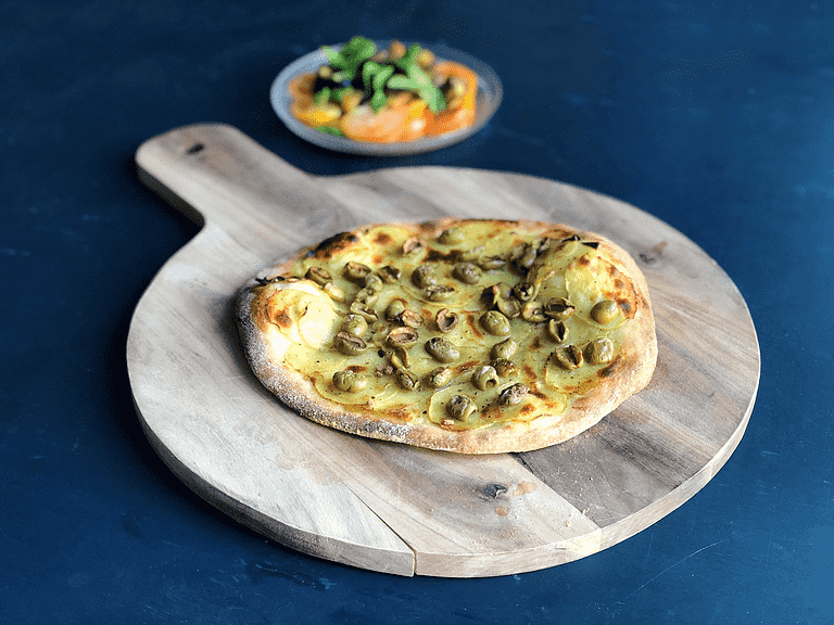 Pizza med kartoffel, oliven og tomatsalat