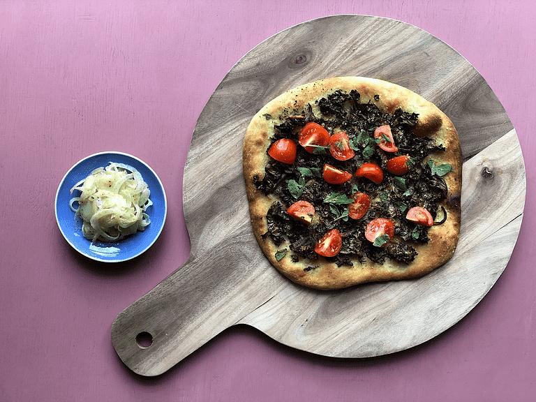 Pizza med rødløg, grønkål, salvie og gærflager