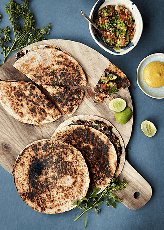 Quesadillas med refried beans, spinat og tomatsalsa