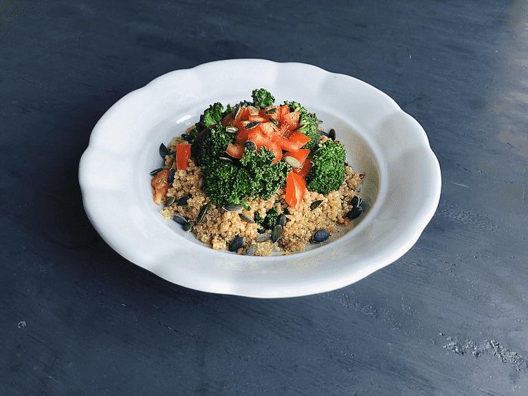 Quinoa med ristet grønkål, misodressing og broccoli
