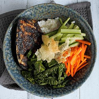 Rice bowl med misobagt aubergine, yukina og friteret rispapir