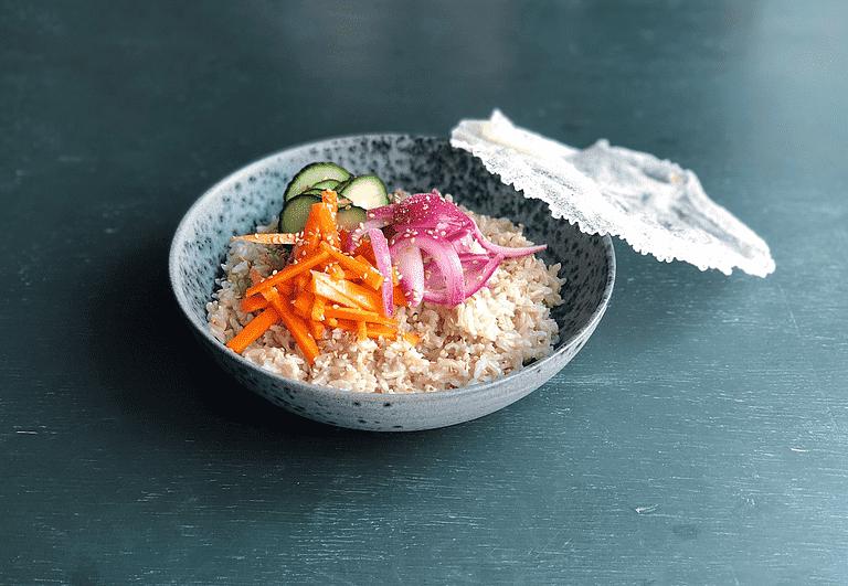 Sticky rice med gulerødder i sød chili, agurker og rischips