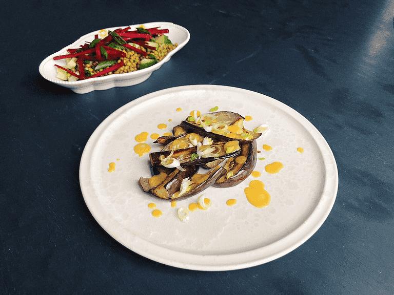Ristet aubergine med misodressing og mungbønnesalat med frisk hvidløg