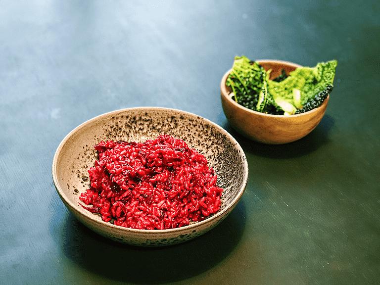 Rødbederisotto med lynstegte calçots og yukina