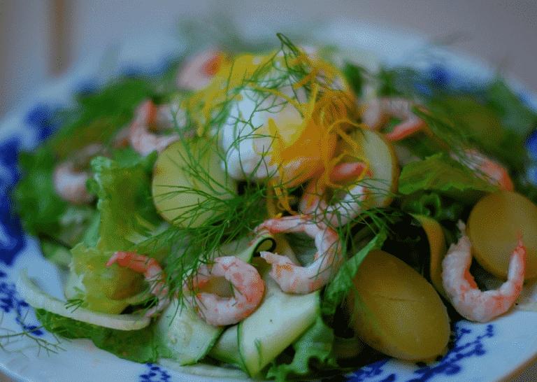 Salat Med Søkogte Rejer Nye Kartofler Fennikel Og Pocherede æg