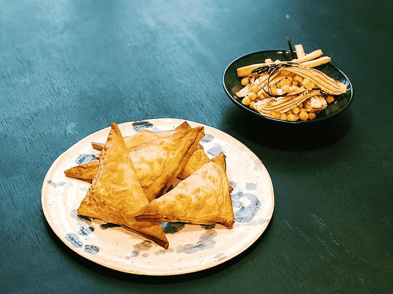 Samosa med kartoffel, ærter, sorte kikærter, fennikel og tomat
