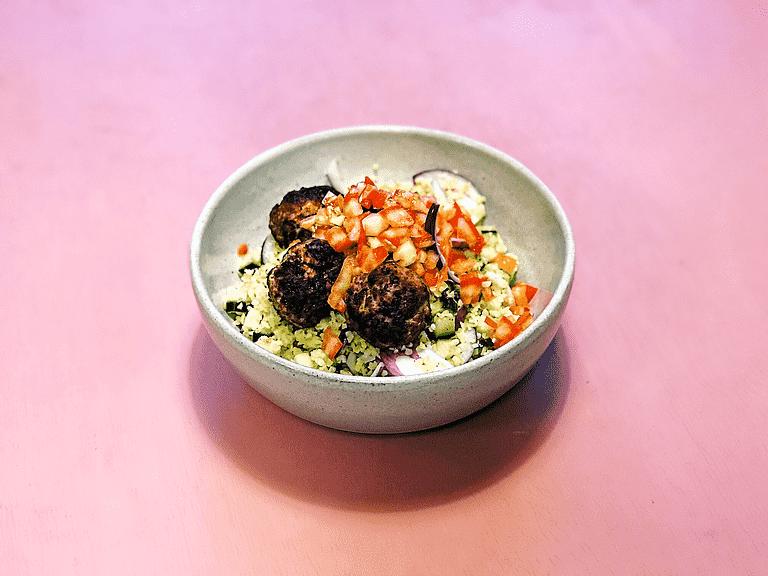 Spicy kødboller og lun bulgursalat med sprødt grønt og lime