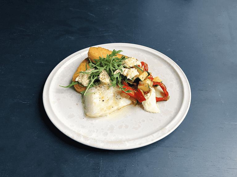 Bagt torskefisk med stegt polenta, grøntsagssauté og mozzarella