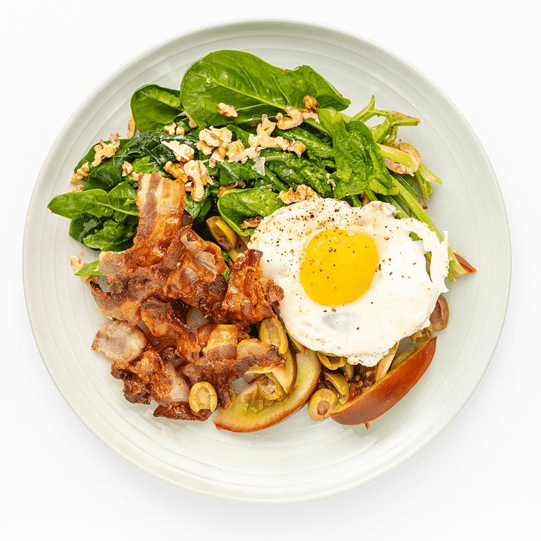 Stegt bacon med æg, bladbeder og nødder