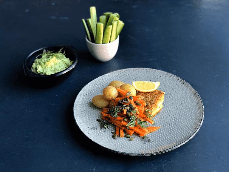 Stegt fisk med nye kartofler, avocadodip og gulerodssalat