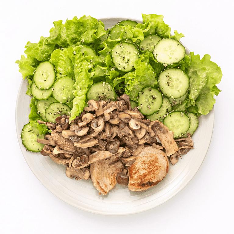 Stegt gris med flødestuvede svampe, grøn salat og hampefrø