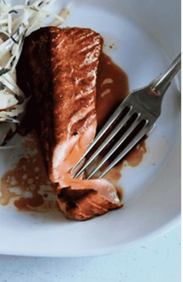 Stegt Laks Med Tamari Og Varm Salat Med Spinat Peberfrugt Og