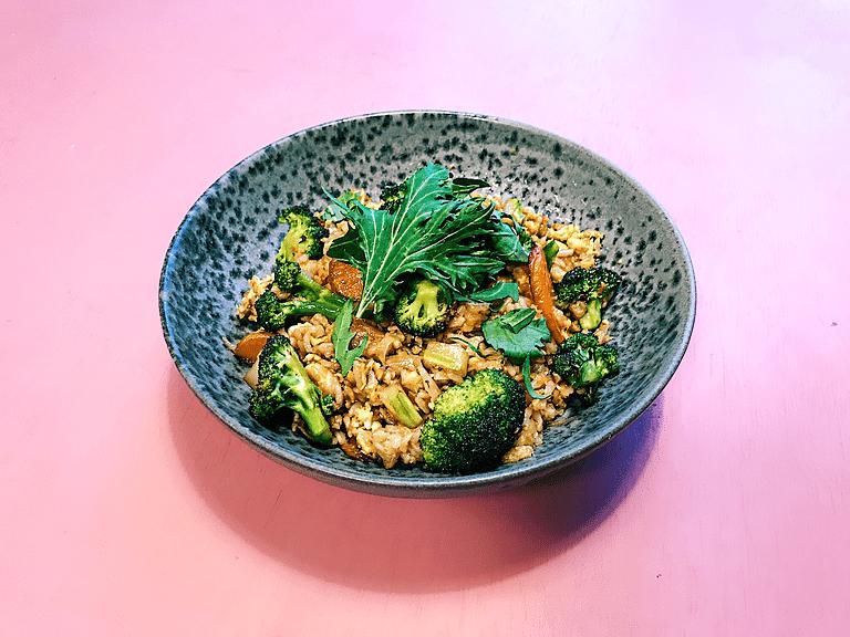 Stegte ris med æg, ingefær og broccoli