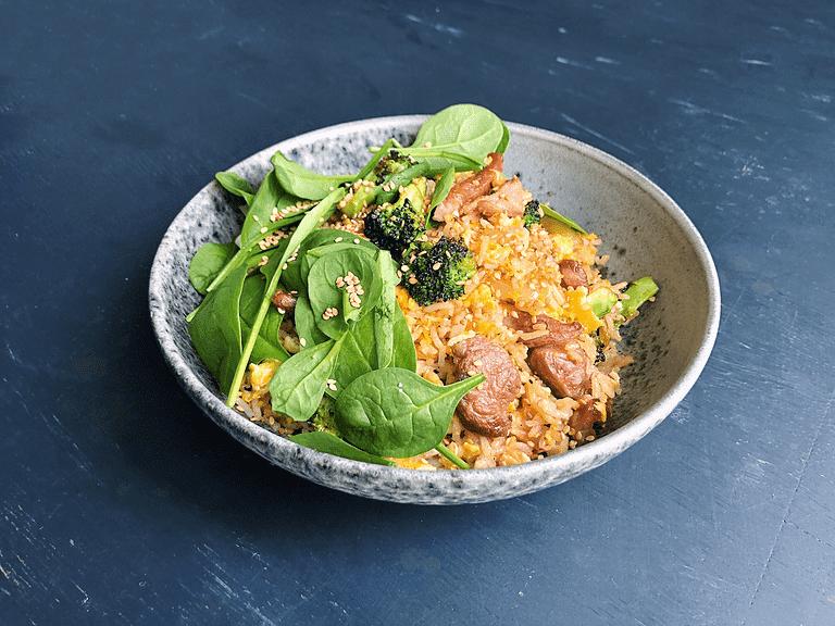 Stegte ris med gris, broccoli, æg og gomashio