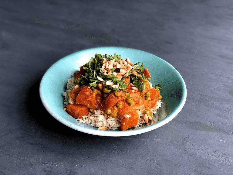 Sumatra-karry med sød kartoffel, tomat og solsikkekerner