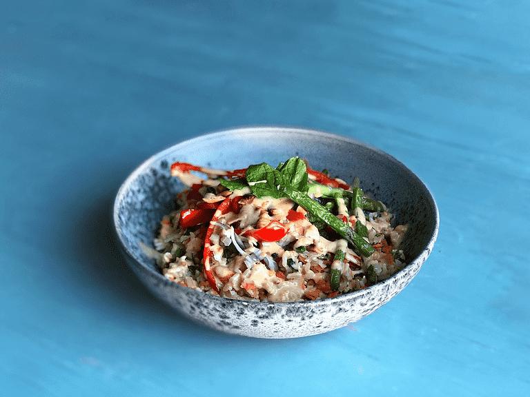 Thai-salat med bønner, mynte og peanutbutterdressing