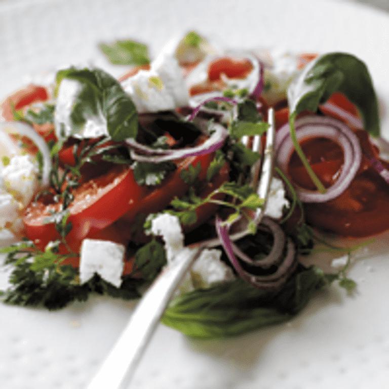 Tomater med feta og rødløg