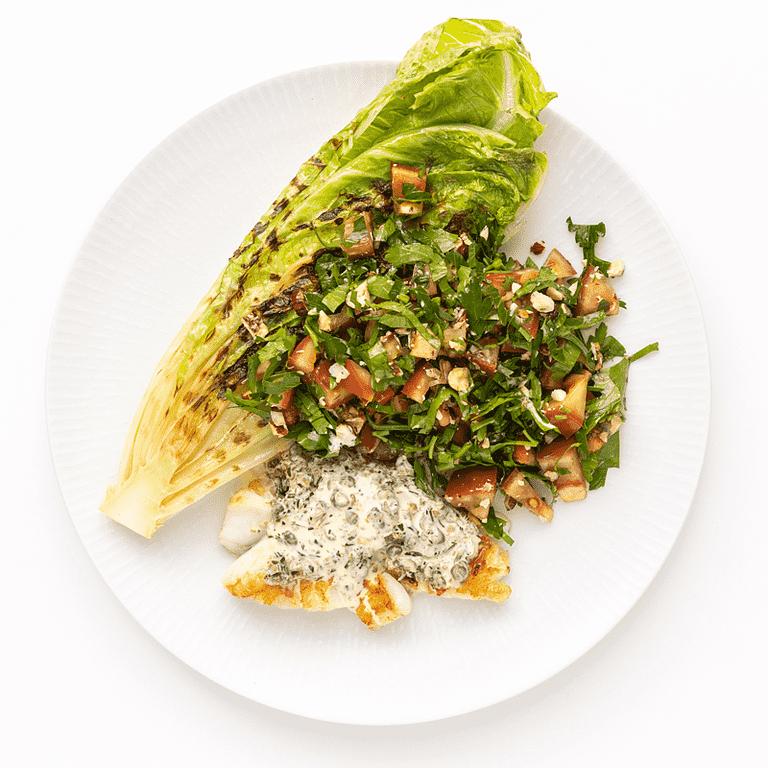 Torskefisk med grillet romainesalat og flødesauce med kapers