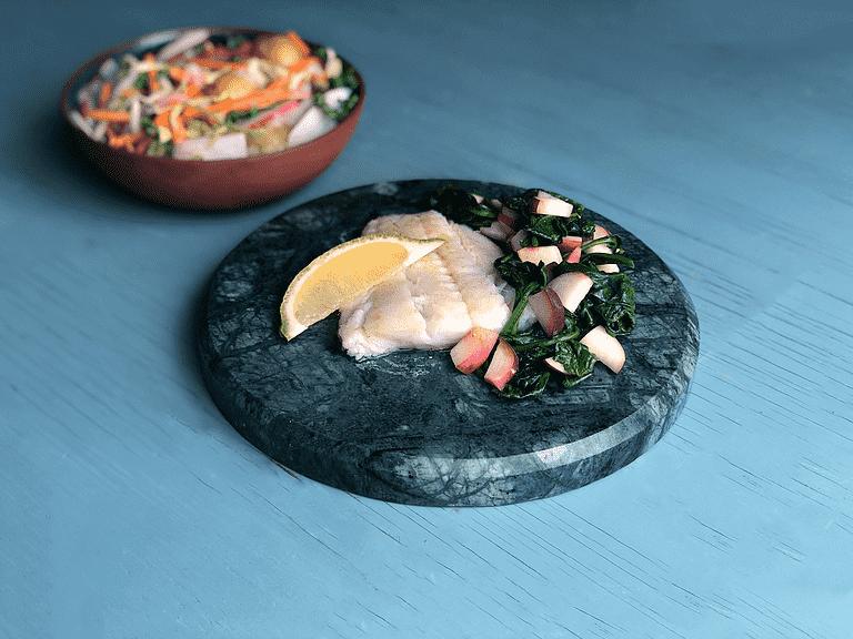 Torskefisk med spinat og paraguayos og kartoffelsalat med kærnemælksdressing