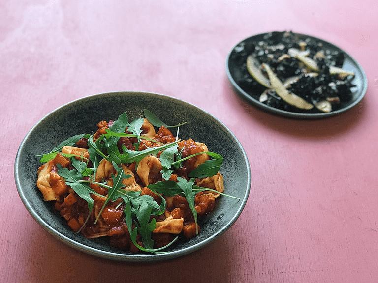 Tortellini med arrabiata-sauce og pære-grønkålssalat