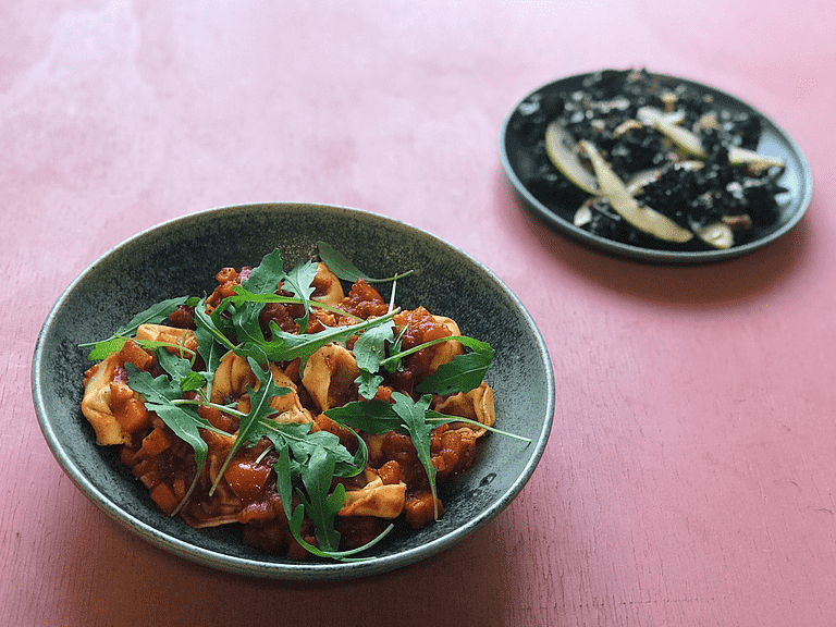 Maccheroni med arrabiata-sauce og pæresalat