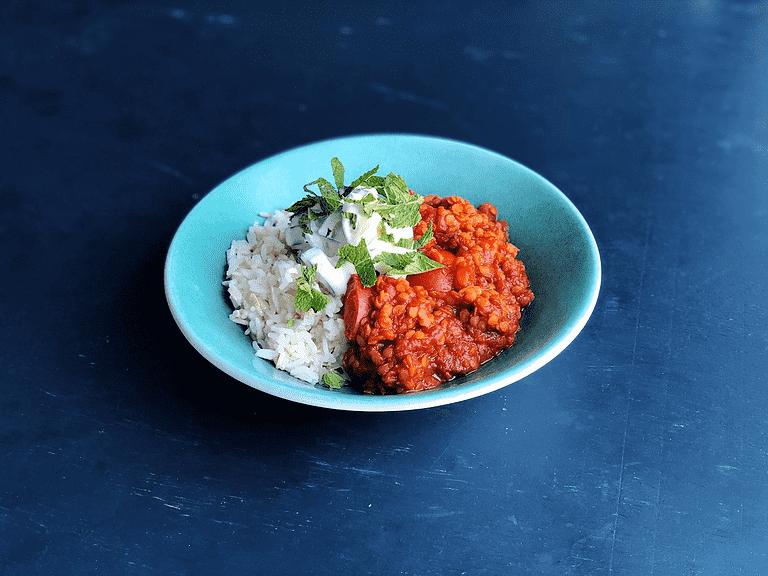 Daal med tomat, gurk-raita, mynta och jasminris