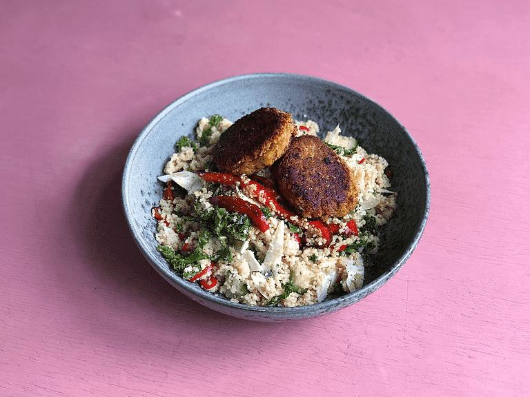 Falafel och couscoussallad med grönkål, gurka och stekt paprika