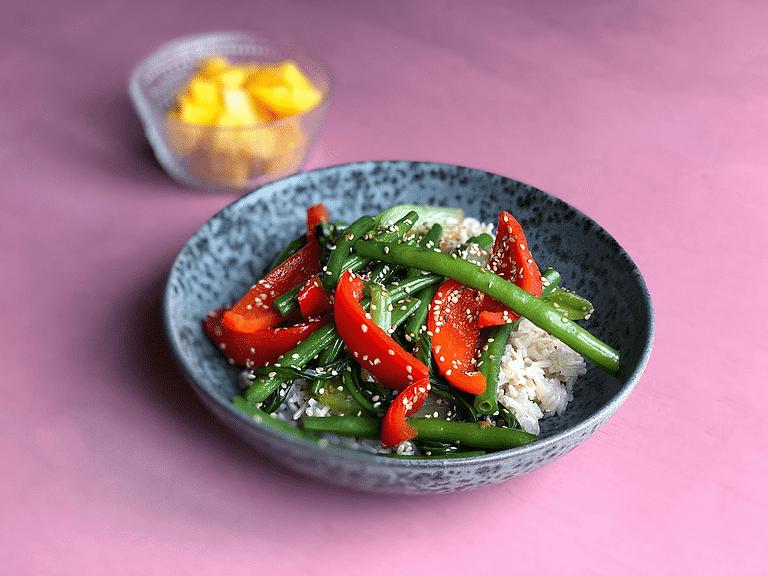 Fullkornsris med ångkokta grönsaker, mango och sesam