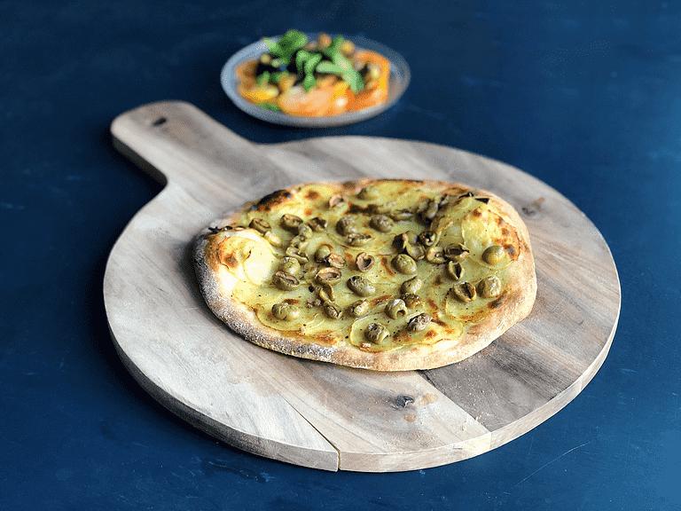 Pizza med potatis, oliver och tomatsallad