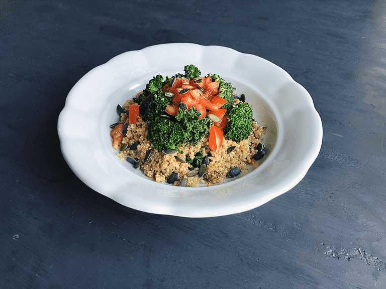 Quinoa med svartkål, misodressing och broccoli