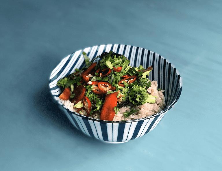 Rice-bowl med stekta grönsaker, chili och koriander