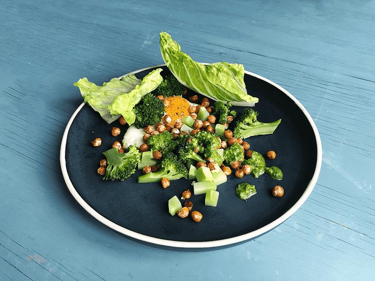 Stekt ägg och kikärtor med ramslökspesto och broccoli