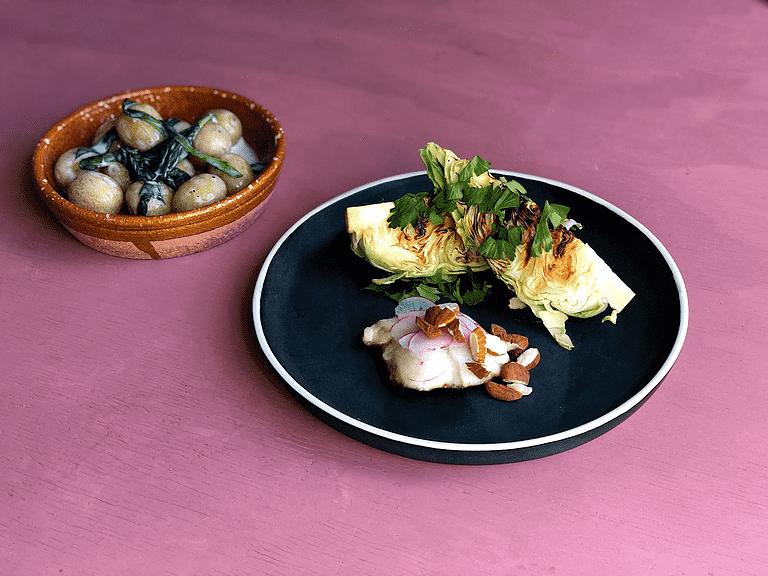 Stekt torskfisk med färskpotatis, ramslök, rostad mandel och kål